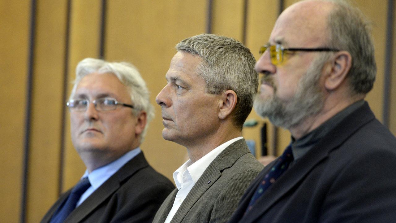 Soud zprostil viny znalce Rudolfa Douchu (vpravo). Bývalé místopředsedy Fondu národního majetku (FNM) Pavla Kutu (uprostřed) a Jana Škurka (vlevo) soud osvobodil.