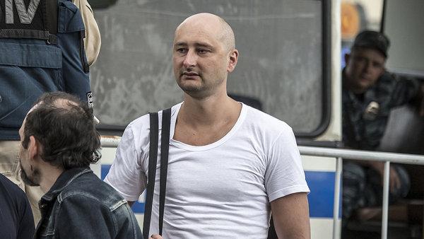 Ruského novináře Arkadije Babčenka zabil v Kyjevě neznámý pachatel.