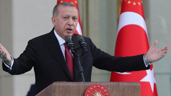 Turecko v nejistých časech: Pod vedením autoritářského prezidenta se řítí do ekonomické krize, kromě toho má napjaté vztahy s USA i EU