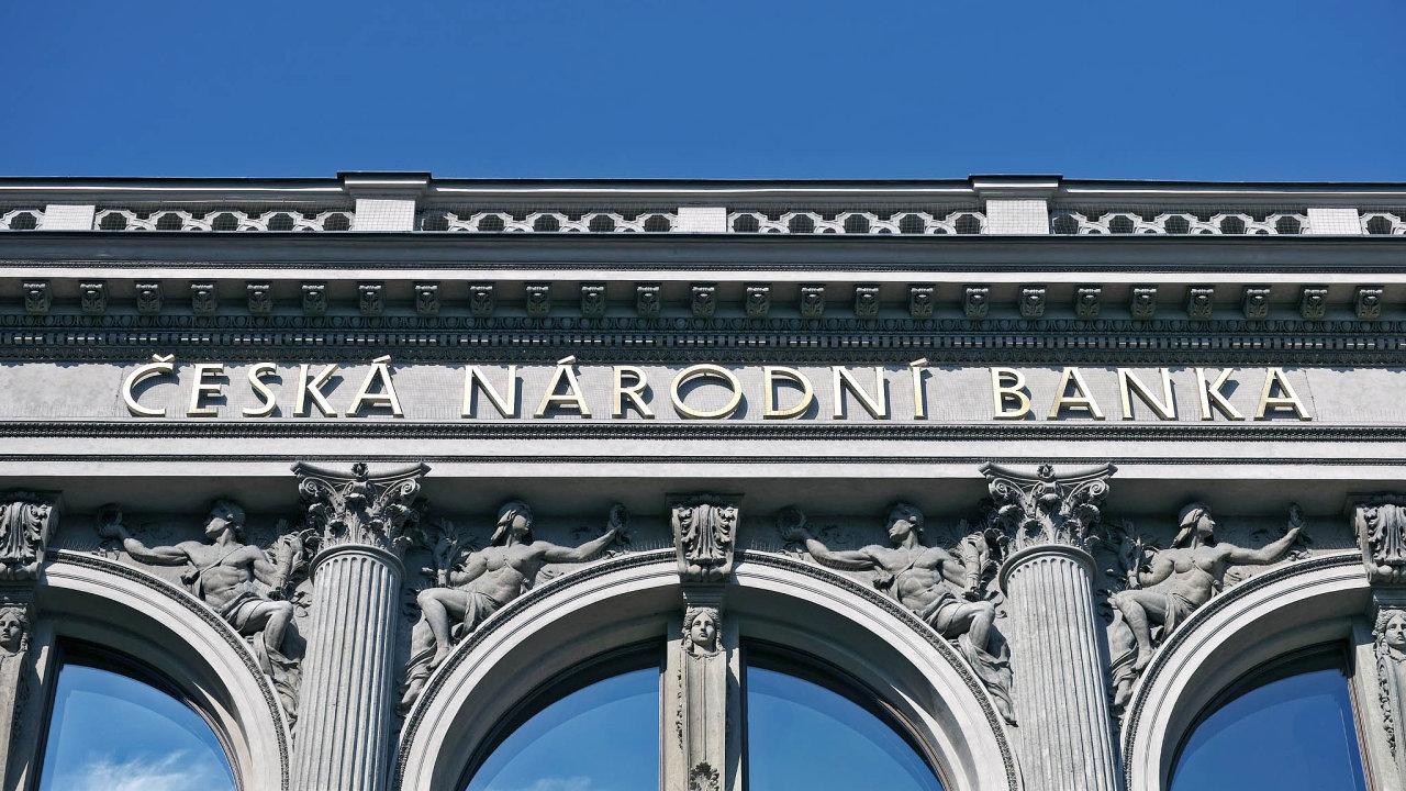 Před pěti lety zahájila Česká národní banka umělé oslabování kurzu české měny nad hranici 27 korun zaeuro. Toho dosáhla prodejem korun anákupem eur. Intervence ukončila loni vdubnu.
