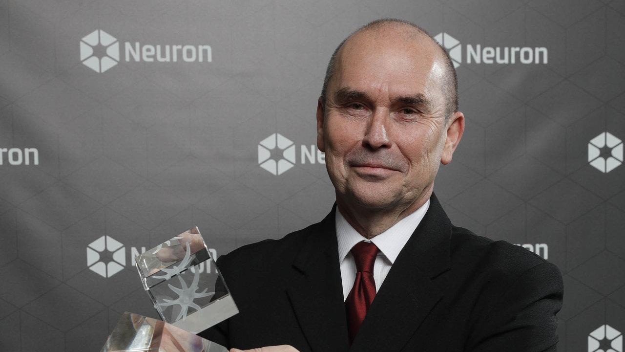 Petr Pyšek si v pondělí převzal prestižní Cenu Neuron pro špičkové české vědce.