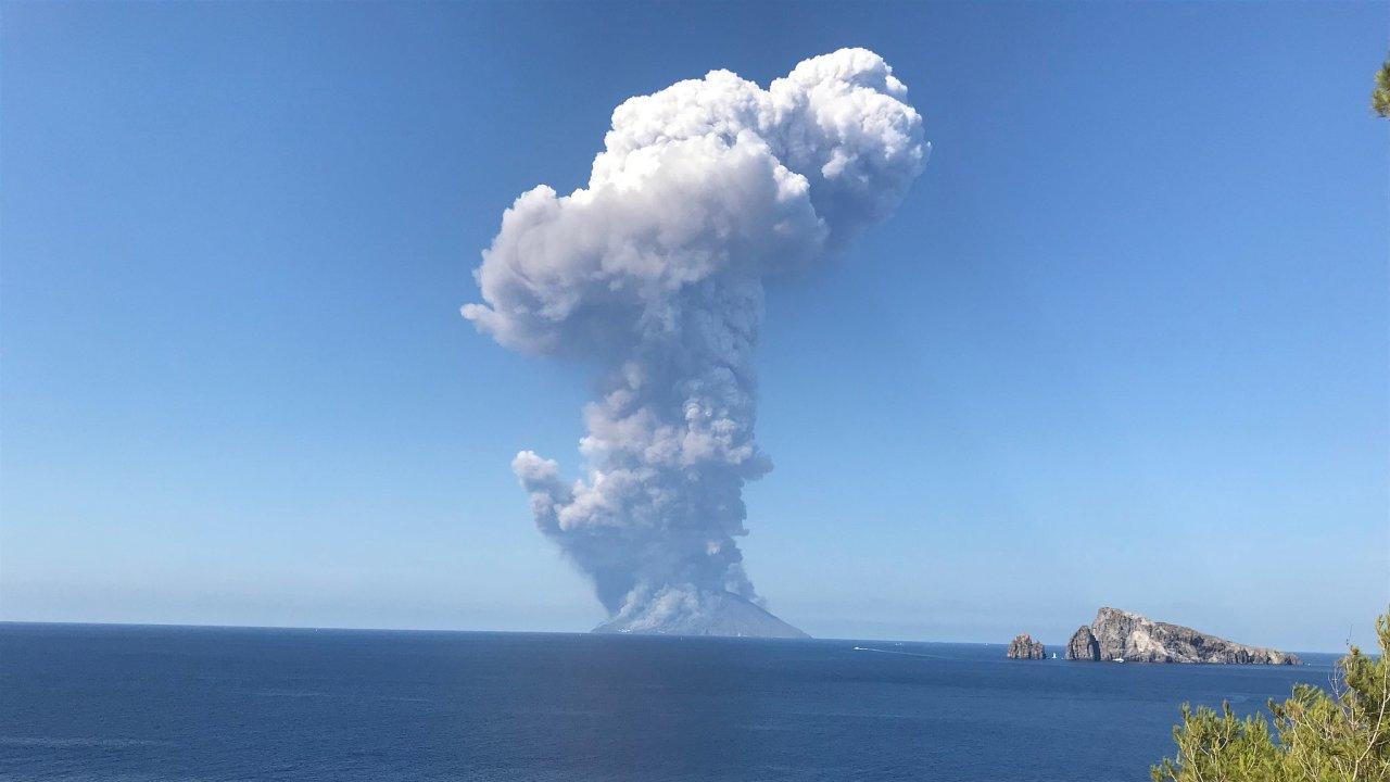 Stromboli je stejně jako Etna na Sicílii stále aktivní sopkou. Vulkanický ostrov, na němž se nachází, je součástí Liparských ostrovů.