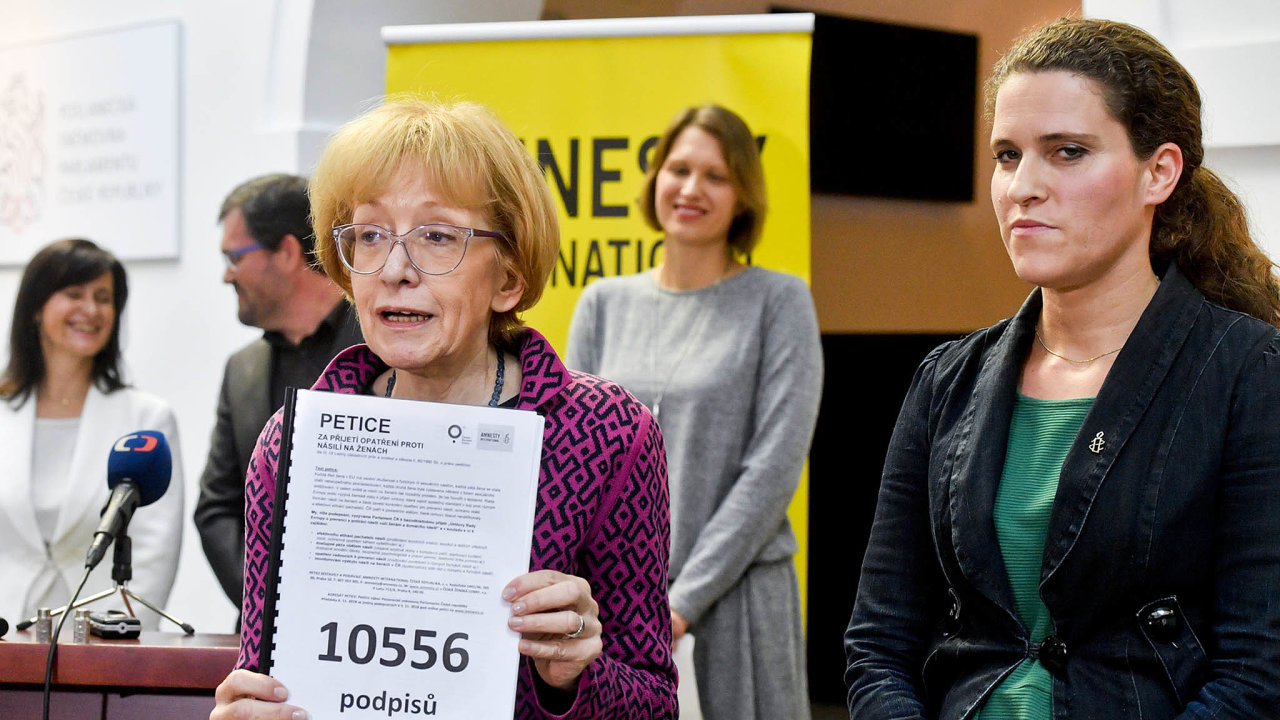 Válková změnila názor: Poslankyně Helena Válková nejprve nepatřila kpříznivcům dokumentu. Jako vládní zmocněnkyně postoj přehodnotila.