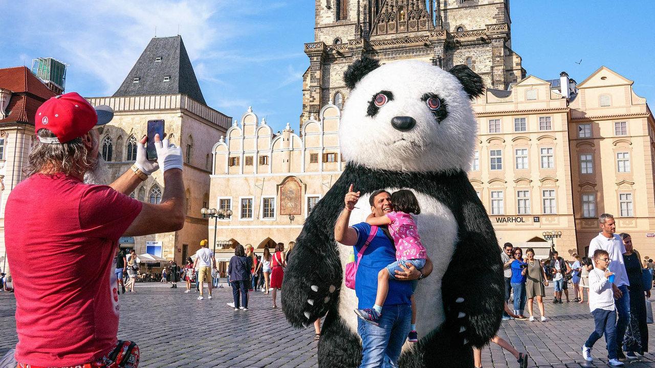Obrazu města nesvědčí, když vjeho centru turisté vidí vedle orloje postavičky, které patří do Disneylandu, zdůvodňuje pražská radní pro kulturu Hana Třeštíková zákaz pand v metropoli.