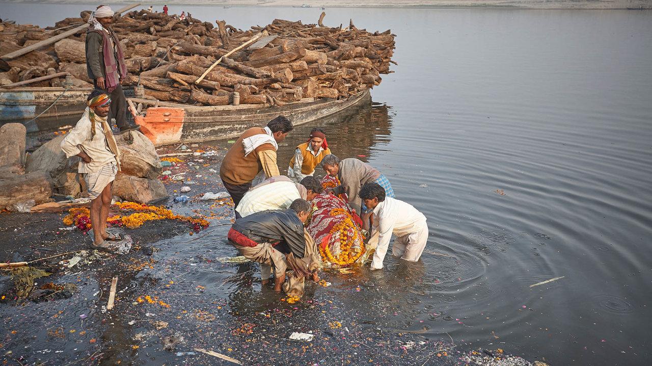 Mnoho tváří Indie. Posvátná řeka Ganga, kam je zvykem sypat popel zemřelých, je stokou. Když není tělo spáleno dokonale, hodí se do vody itak.