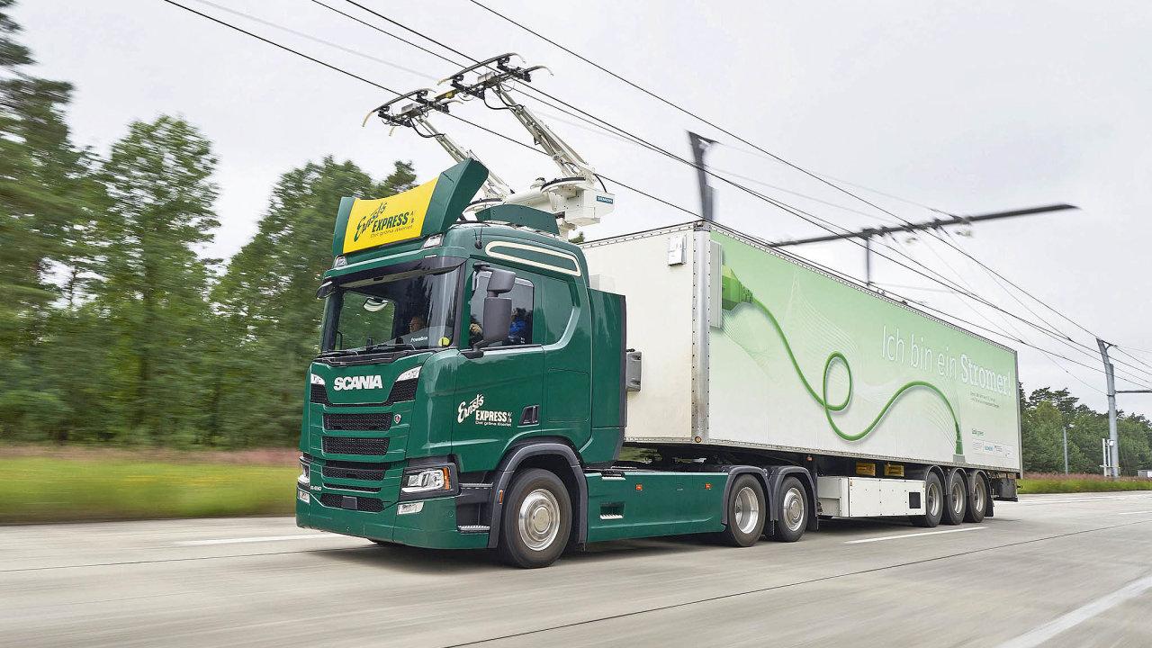 Vozidlo Scania pod trolejí naněmecké dálnici.