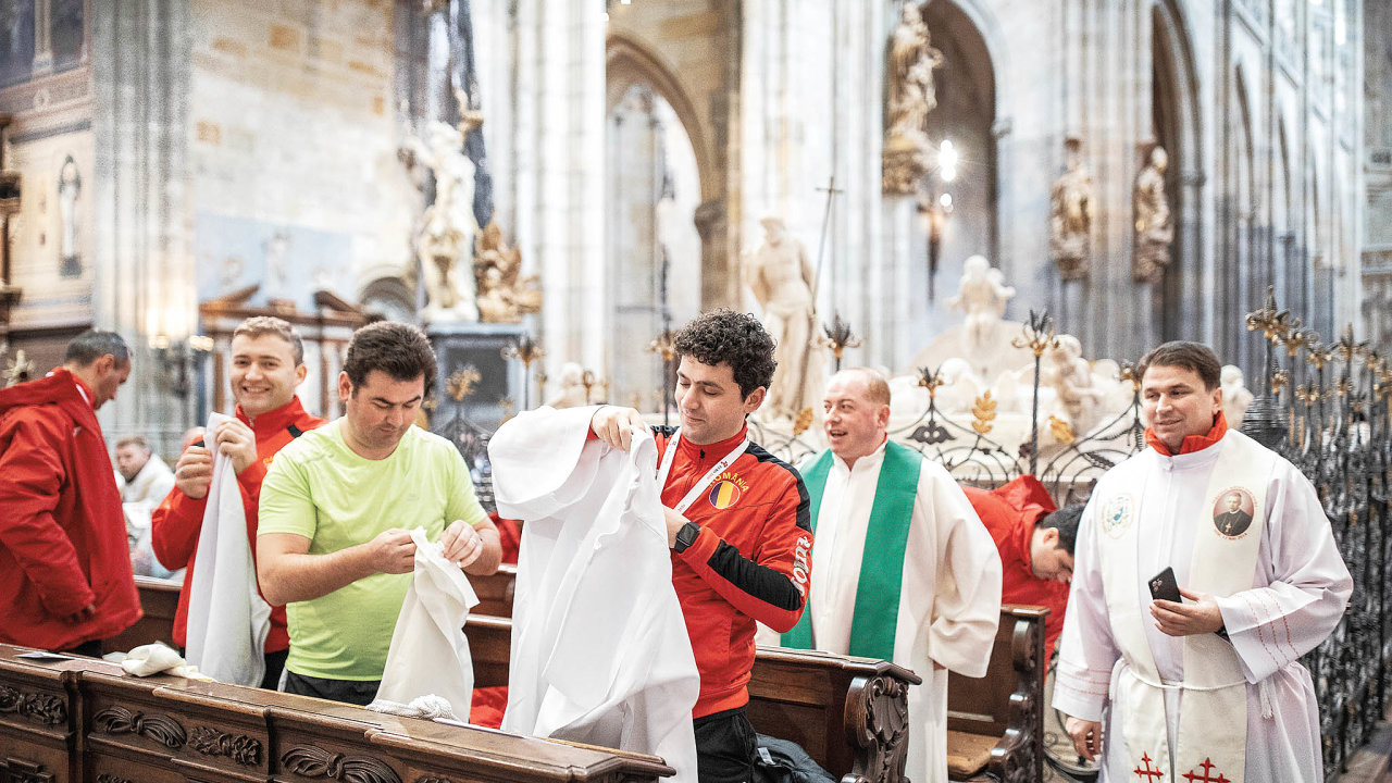 Tři sta kněží zosmnácti evropských zemí se před finálovými zápasy sešlo na mši v pražské svatovítské katedrále.