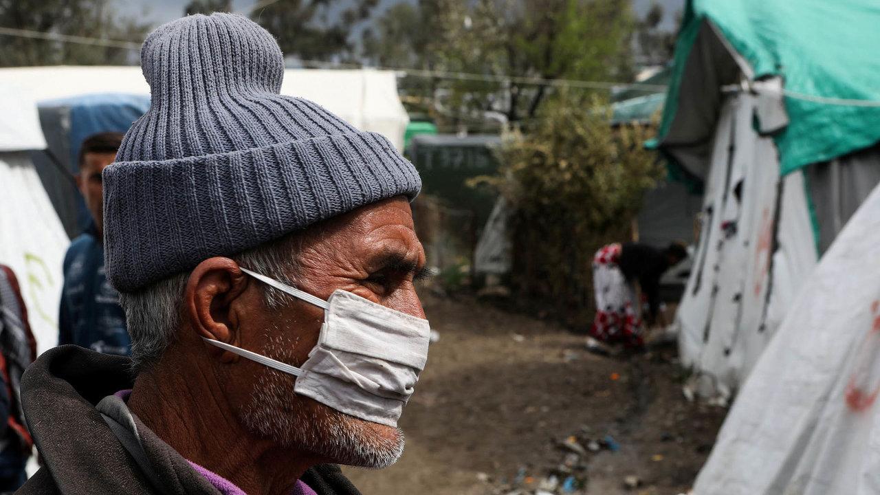Obavy znákazy.Někteří běženci vuprchlickém táboře Moria nařeckém ostrově Lesbos už nosí roušky. Tábor byl vybudován pro tři tisíce lidí, nyní jich tam žije zhruba 20tisíc.