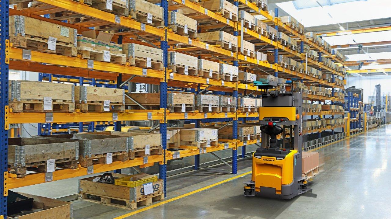 Automatický vozík ERC213a při práci ve skladu.