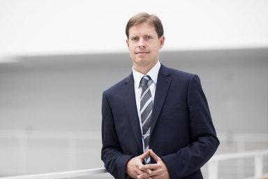 Ondřej Dostál je vysokoškolský učitel aprávník se specializací nazdravotnictví. Vystudoval Karlovu univerzitu, studoval i vRakousku aUSA. Přednáší pro zdravotníky, lékárníky a pacientská sdružení.