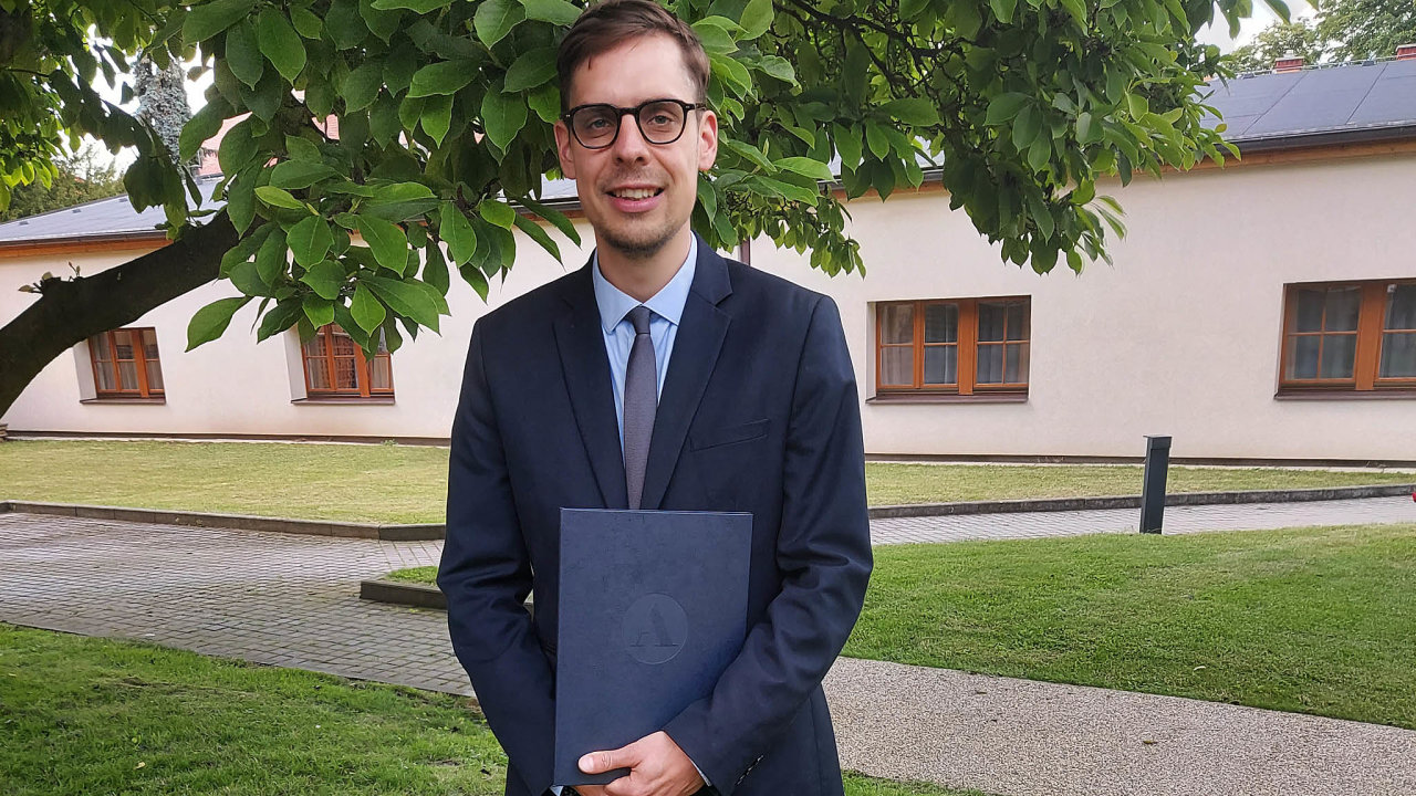 Jiří Henych zÚstavu anorganické chemie Akademie věd spolu se svým týmem vyrobil prášek, který dokáže zneškodnit bojové chemické látky apesticidy.