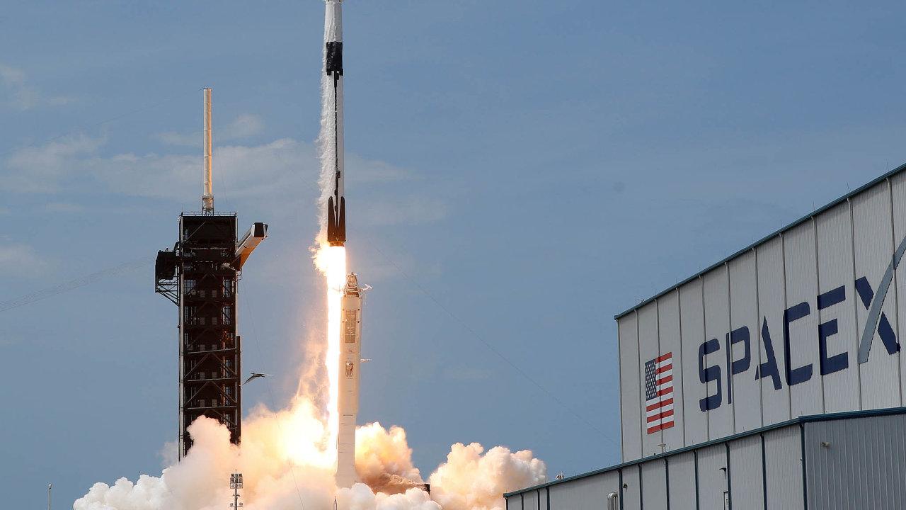 Muskův úspěch: Raketa Falcon 9 úspěšně vynesla posádku směřující naISS. Nasnímku start zmysu Canaveral naFloridě.