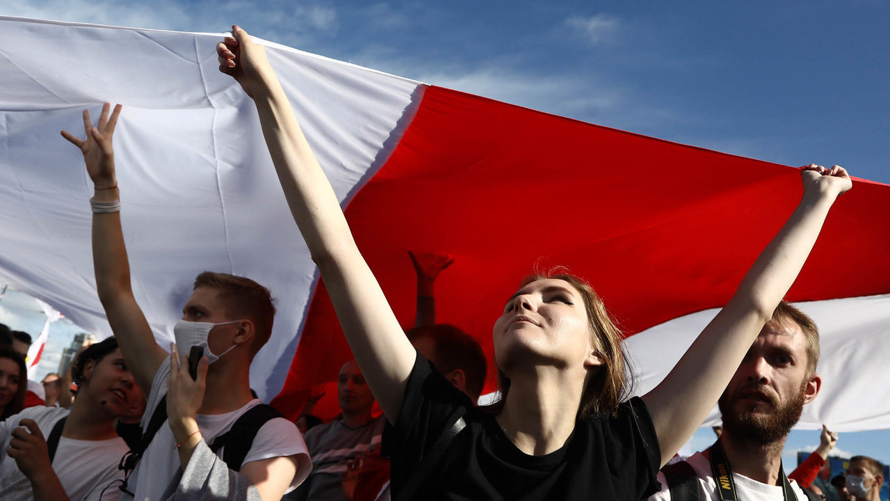 V Bělorusku pokračují demonstrace proti prezidentovi Alexandru Lukašenkovi. V Minsku se k nedělnímu Pochodu hrdinů sešlo sto tisíc lidí. Policie tam zadržela 250 protestujících, zatýkala i jinde.