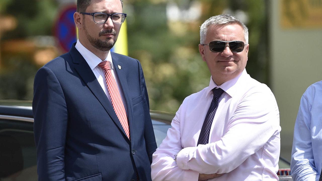 Mluvčí prezidenta Jiří Ovčáček a kancléř Vratislav Mynář.