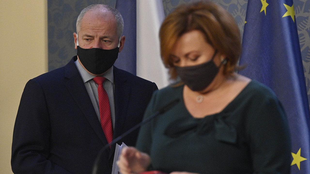 Ministr zdravotnictví Roman Prymula možnost zpřísnění opatření proti šíření covidu-19 avizoval na pondělní tiskové konferenci. V popředí ministryně financí Alena Schillerová.