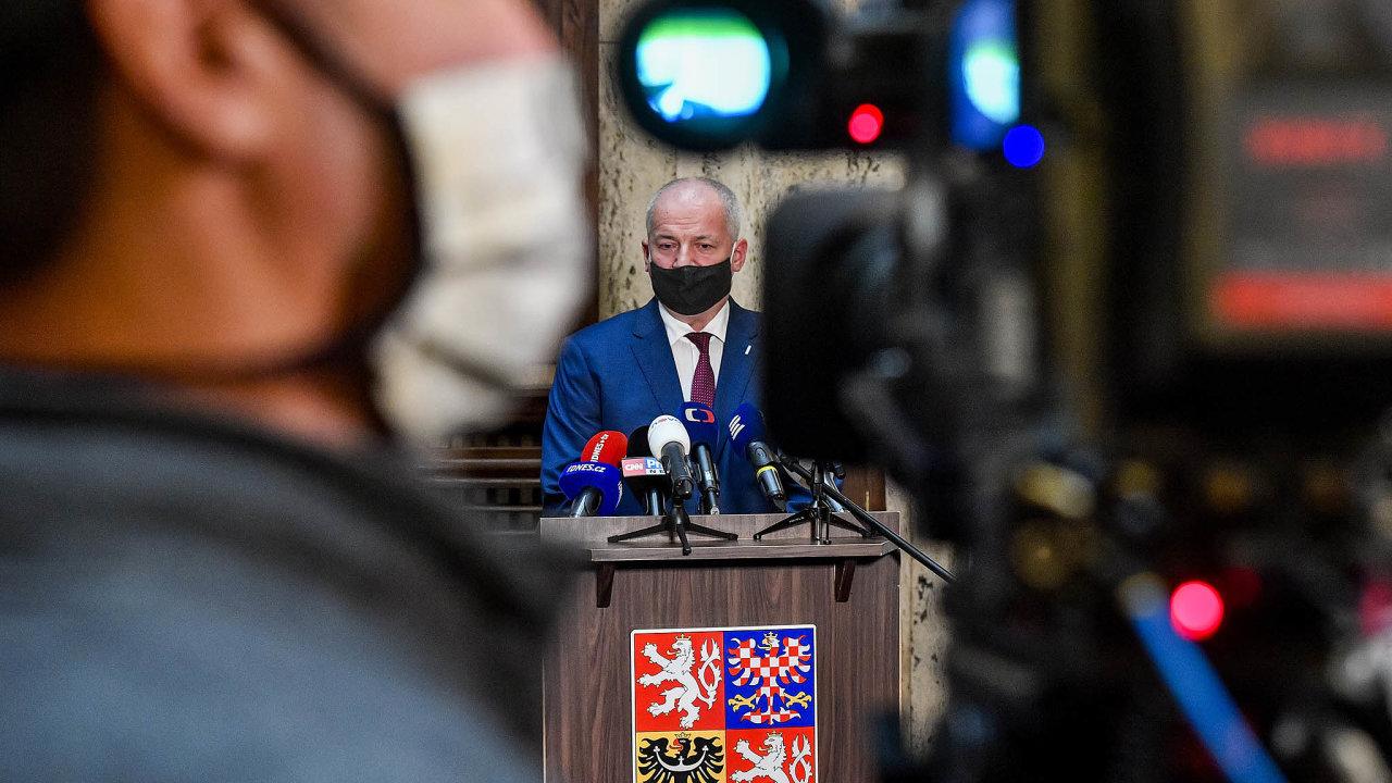 Ministr zdravotnictví Roman Prymula (zaANO) autorům petice vzkázal, aby se kproblematice dále nevyjadřovali. Kvůli rostoucímu počtu nemocných se naopak chystá opatření znovu zpřísnit.