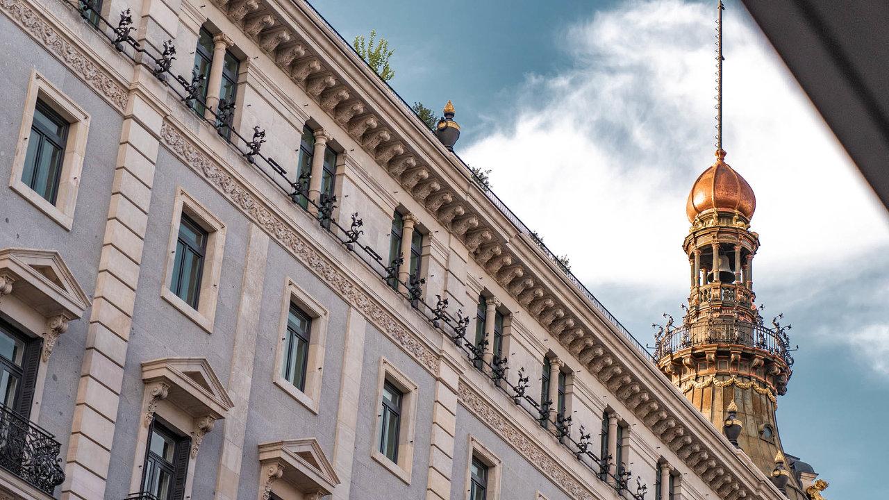 Poněkolikaleté rekonstrukci se vMadridu nakonci září otevřel luxusní hotel Four Seasons. Hotel ale nemohl otevřít vhorší chvíli. Kvůli pandemii téměř zeje prázdnotou.