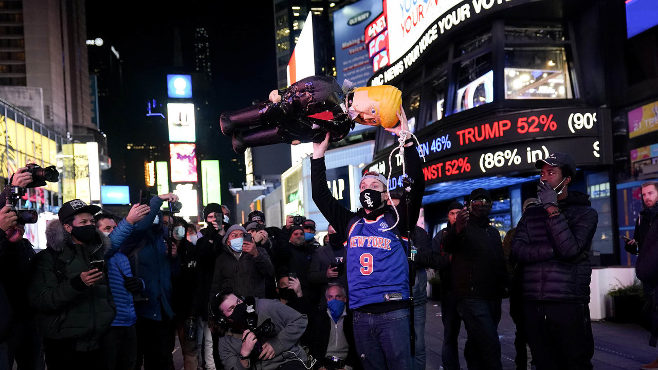 Demonstrant drží figurínu prezidenta Donalda Trumpa na newyorské křižovatce Times Square ve středu, kdy se v USA počítaly výsledky voleb.