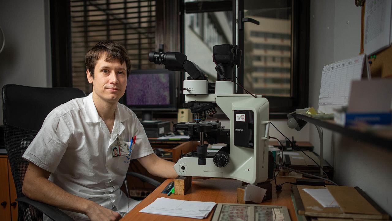 Miroslav Koblížek vystudoval všeobecné lékařství na2.lékařské fakultě Univerzity Karlovy. Poté nastoupil doÚstavu patologie amolekulární medicíny veFakultní nemocnici Motol.