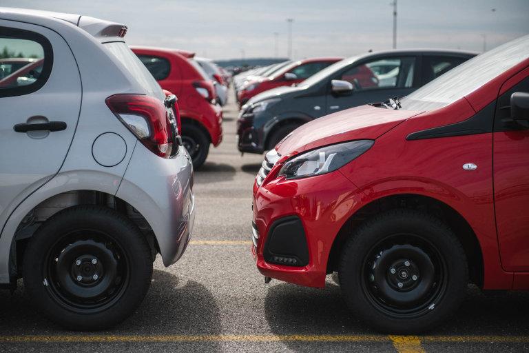 """Mezi auty je zachován rozestup """"na pěst"""" − když se mezi nárazníky dvou aut vejde ruka, jsou zaparkována správně."""