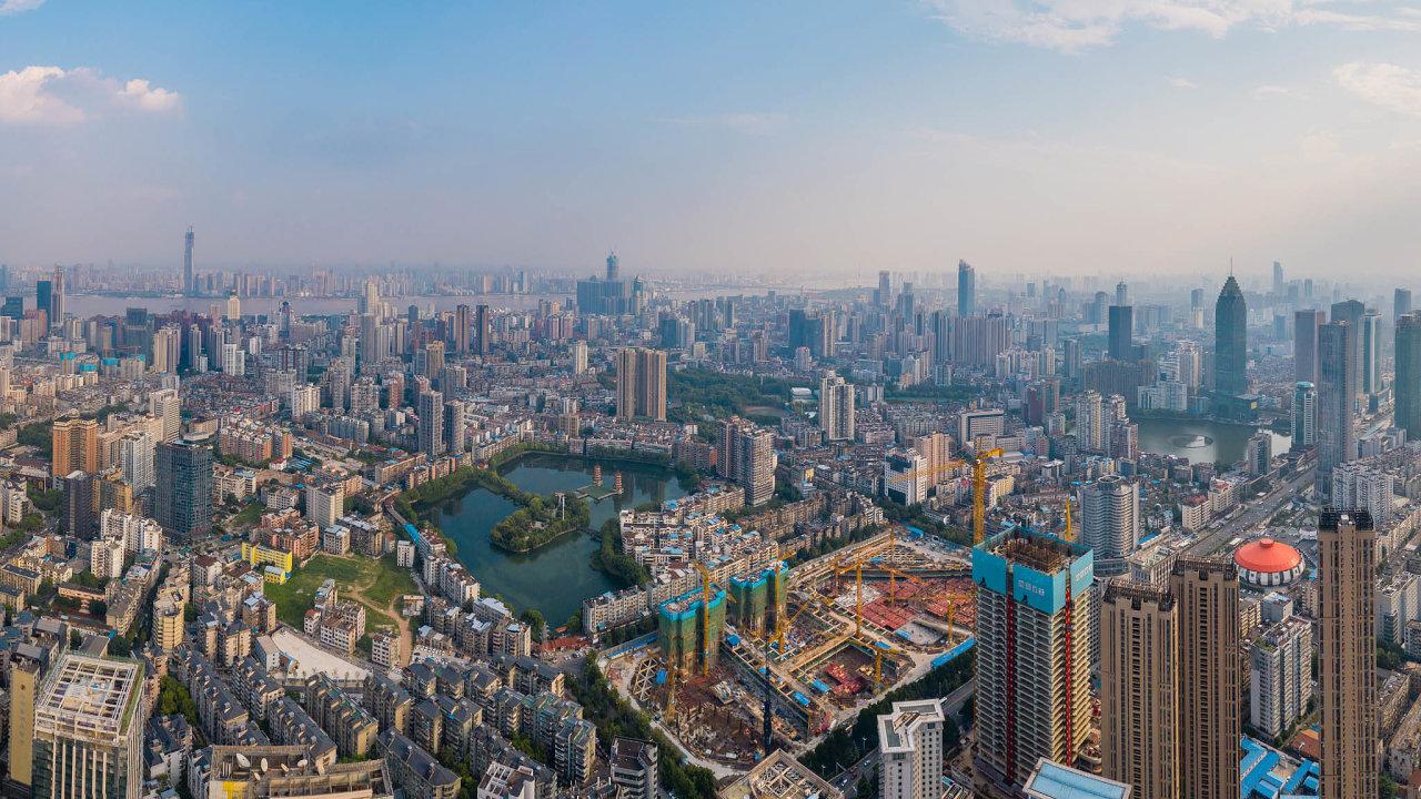 Při pandemii je výrazně jednodušší uzavřít provinční Wu-chan (na snímku) v autoritativní Číně než multikulturní metropoli jako New York.