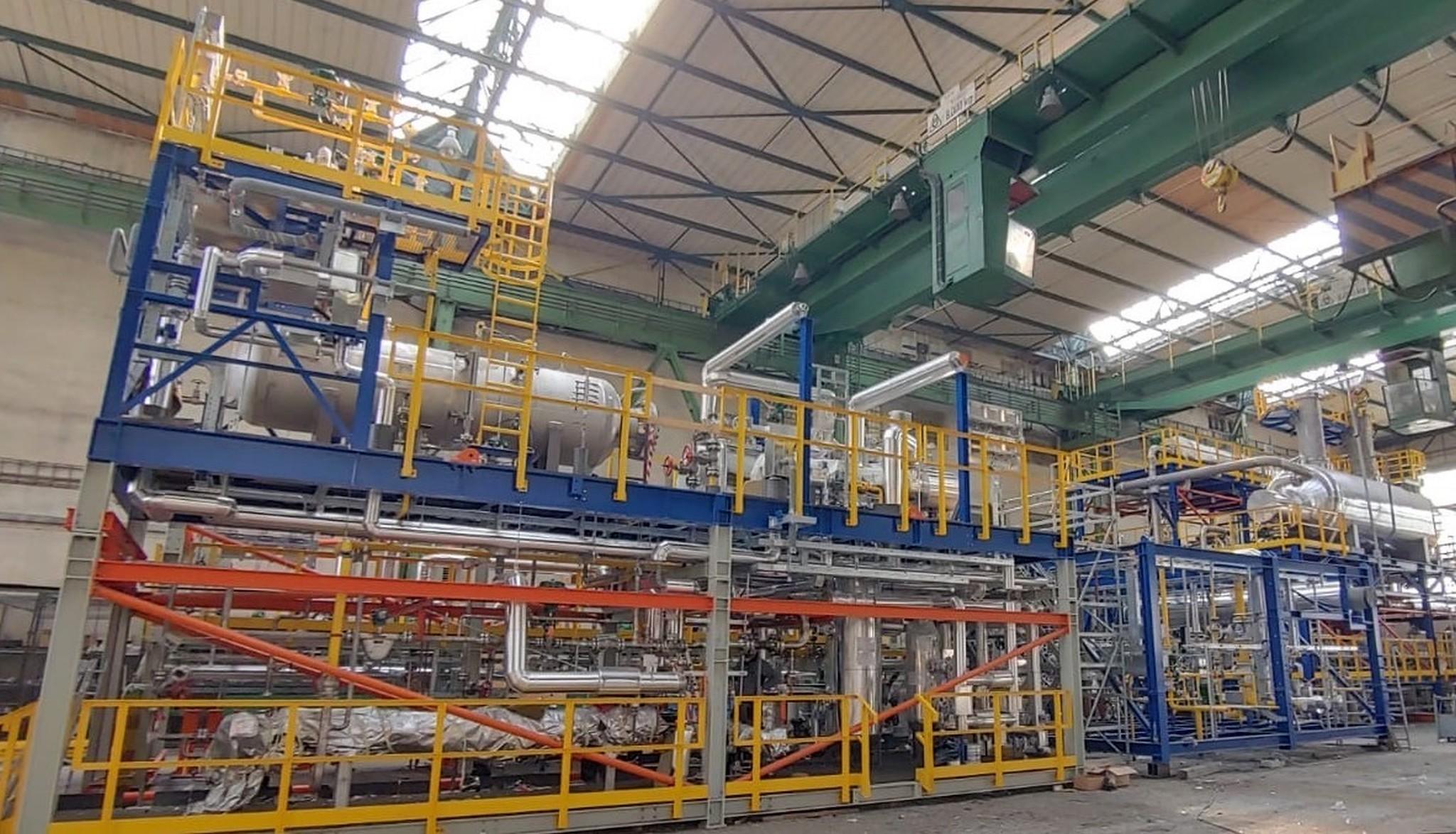 Firma mimo jiné zajišťuje dodávkyamontážeskidových jednotek - prefabrikovaných, plně vybavených modulů či ocelových konstrukcí vybavených potrubím azařízením, což zjednodušuje montáž.