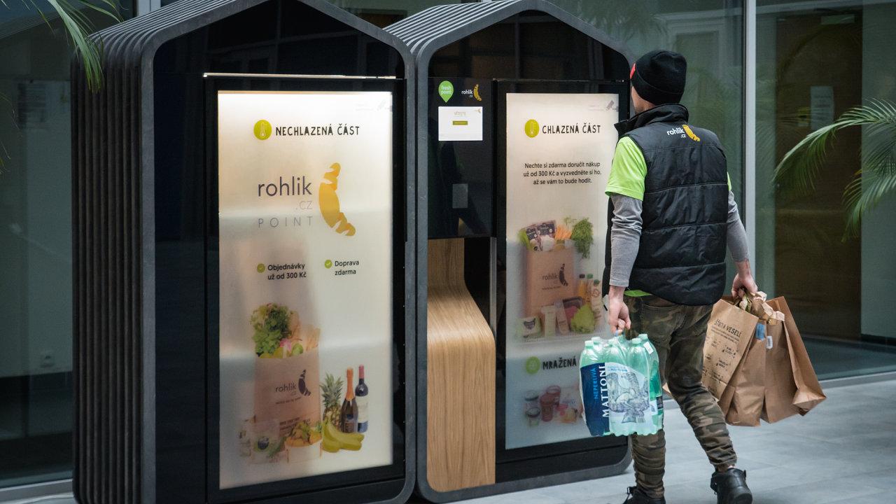 Kurýr doplňuje zásilky do Rohlik Pointu (ilustrační snímek). Doplňovat je nově začíná i do vybraných AlzaBoxů.