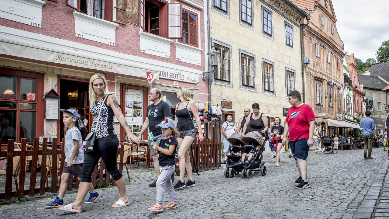 Českokrumlováky těší, že ulice už neblokují davy návštěvníků. Podnikatelé ale cítí nejistotu.