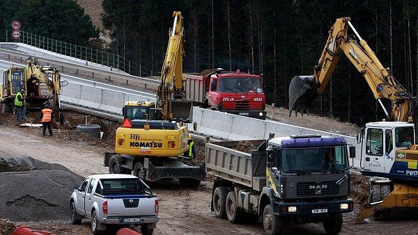 Na inženýrské stavby, tvořené hlavně dopravní infrastrukturou, o tři čtvrtiny na 35,5 miliardy korun - Ilustrační foto.
