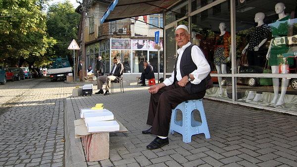 VPrištině potkáte slečny na převysokých podpatcích, stejně jako stařečky vtradičním oblečení prodávající kartony cigaret.