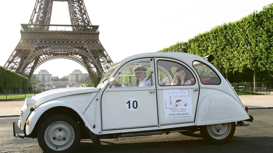 Florent Dargnies vozí po Paříži turisty v Citroënu 2CV.