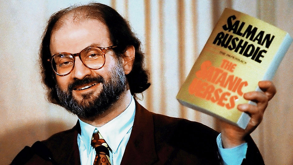 Britský spisovatel indického původu Salman Rushdie na snímku z roku 1992 s výtiskem Satanských veršů.