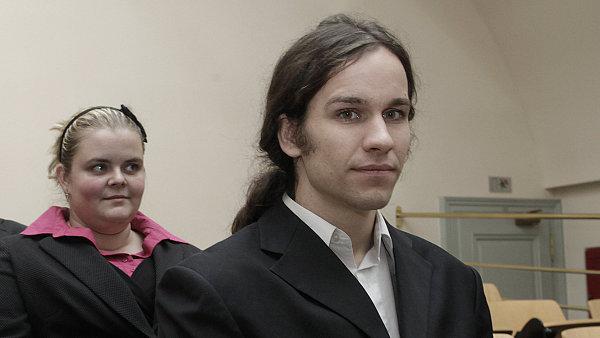 Bojovník proti korupci Jiří Skuhrovec. V pozadí jeho kolegyně Jana Chvalkovská