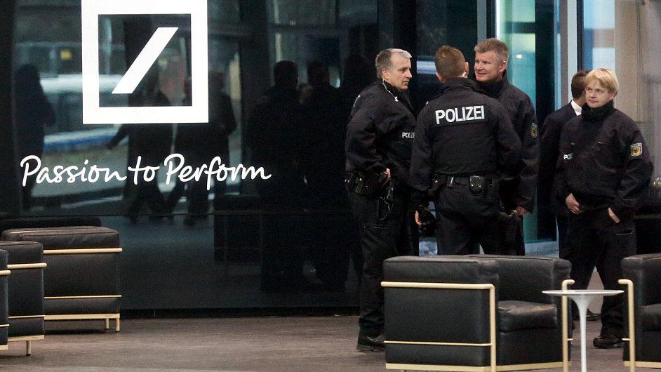 Po rozsáhlé razii v Deutsche Bank padlo 25 obvinění a pět zatykačů na zaměstnance banky.
