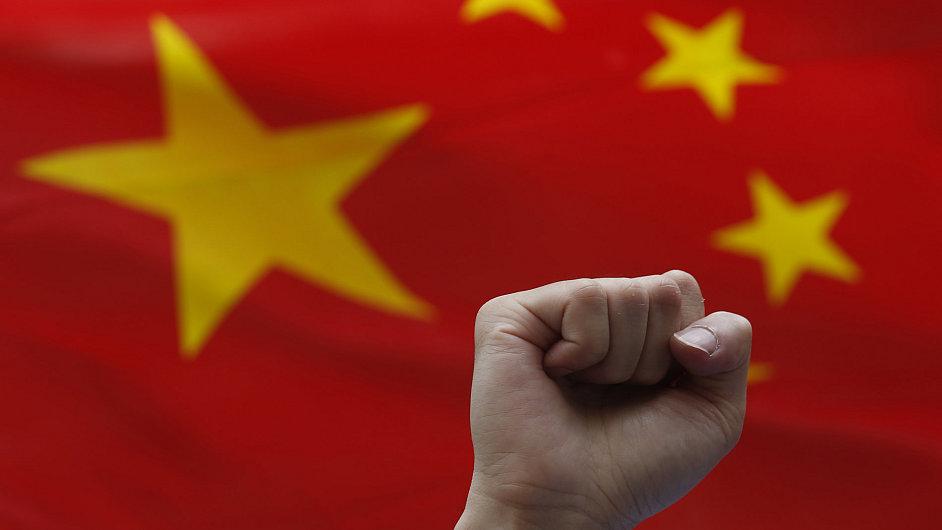 Desítky tisíc Číňanů se snaží odstěhovat i se svým majetkem do zahraničí.