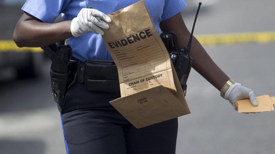 Střelci v New Orleansu zranili 19 lidí. Policie po nich pátrá.