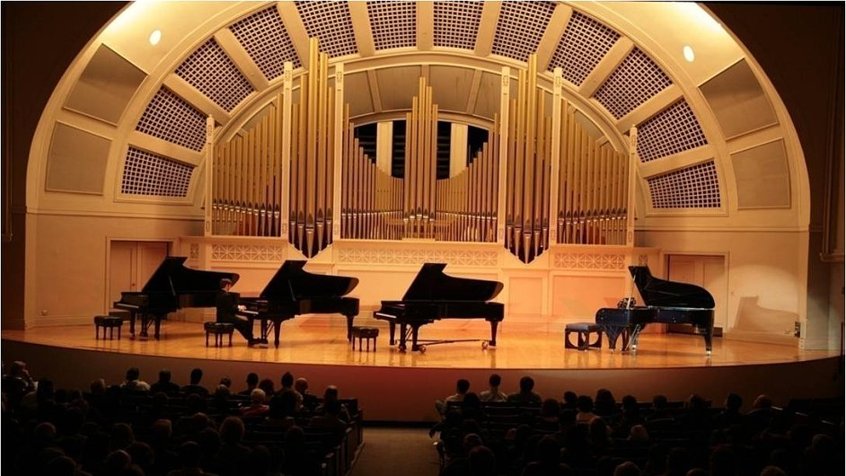 Klavírní křídla Steinway v auditoriu Michiganské univerzity.