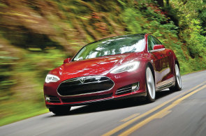 Tesla p�edstavila novou baterii. Model S s n� bude m�t nejvy��� zrychlen� na trhu, prohl�sil Musk