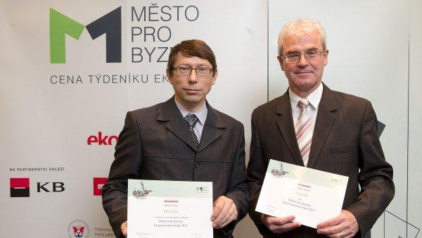Zástupci vítězných měst Olomouckého kraje 2013: zleva tiskový mluvčí Hranic Petr Bakovský (2. místo) a starosta Litovle Zdeněk Potužák (1. místo). Jako třetí se umístil Lipník nad Bečvou.