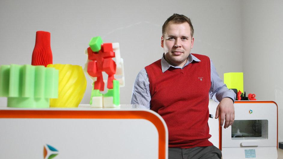 Zakladatel firmy DO-IT (provozující značku be3D.cz) David Miklas s 3D tiskárnou DeeOrange