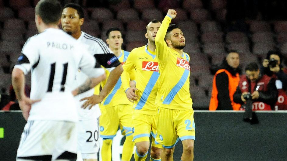 Neapolský útočník Lorenzo Insigne (vpravo) se raduje z gólu Swansea v Evropské lize.