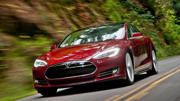 Americk� Tesla p�edstavila upraven� Model S s poloautomatick�m ��zen�m
