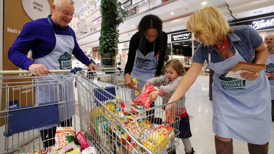 Šéf českého Teska David Morris a Lejla Abbasová pomáhají s Národní potravinovou sbírkou