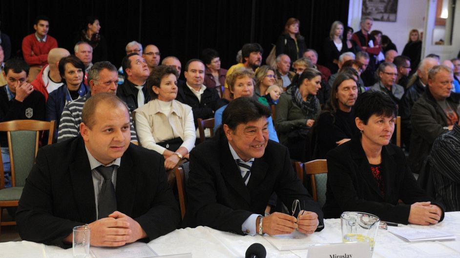 V zastupitelstvu Duchcova usedli také tři zástupci DSSS Jindřich Svoboda, Miroslav Toman a Miluše Janoušková (zleva).