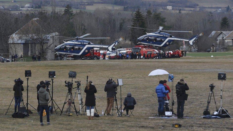 Novináři, kteří přímo z francouzských Alp přinášejí zprávy o pádu německého letadla.