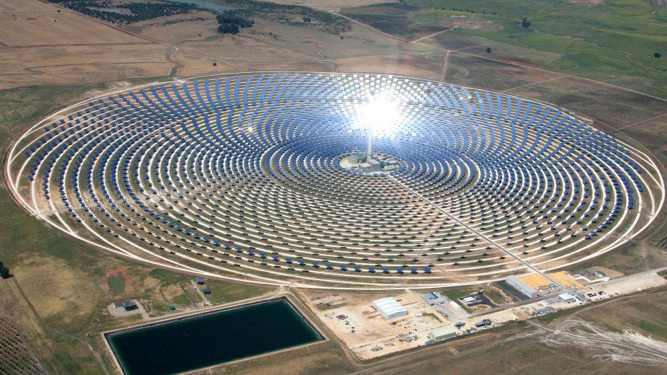 Sauronovo oko. Sluneční termální elektrárny směrují paprsky na vrchol věže uprostřed. Tím ohřívají médium až na 600 °C. Pomocí něho vzniká pára k pohonu turbíny.