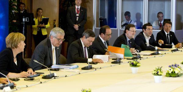 Představitelé eurozóny jednají u kulatého stolu na mimořádném summitu.