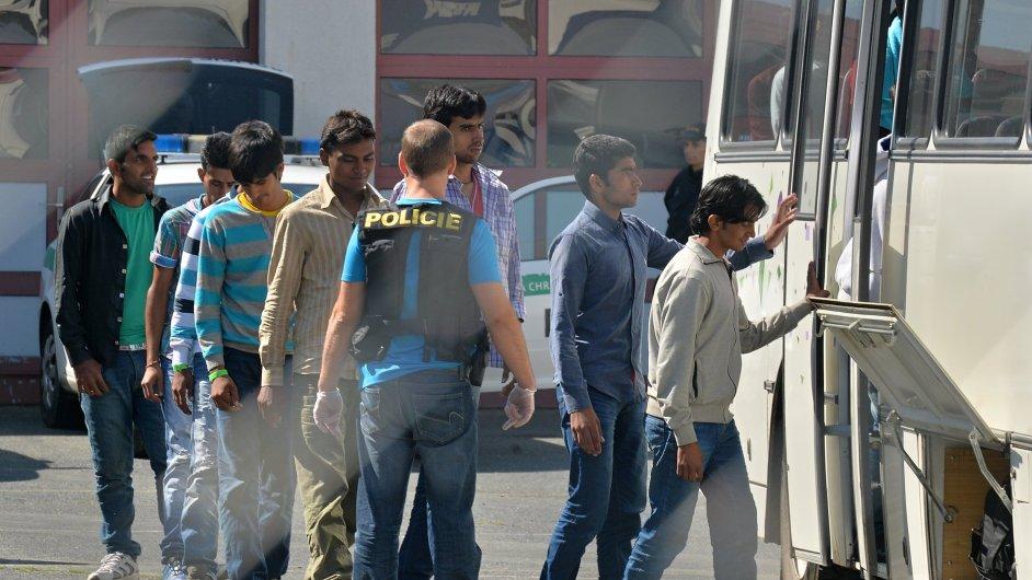 Na dálnici D5 na Tachovsku zadržela 31. července dopoledne policie nákladní auto s běženci. Na snímku nastupují do přistaveného autobusu.