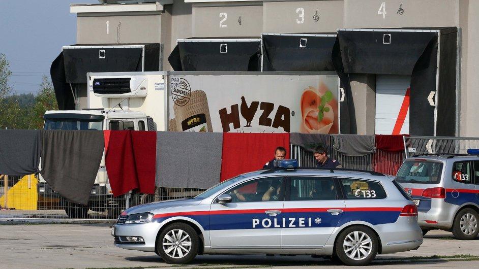 Nákladní automobil se 71 těly nalezla policie u rakousko-maďarských hranic.