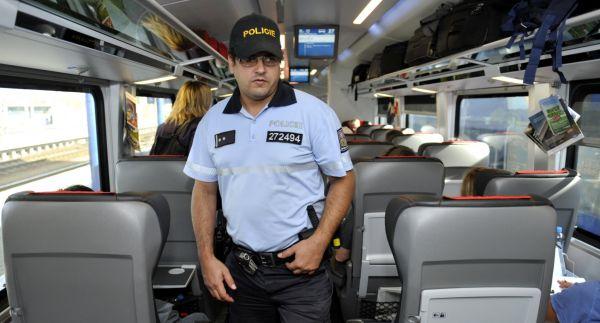 Cizinecká policie 14. září nasadila u hranic s Rakouskem na třech železničních a 11 silničních místech zatím 200 policistů.